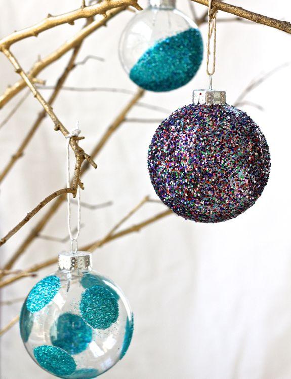 Новогодние шары, покрытые блестками
