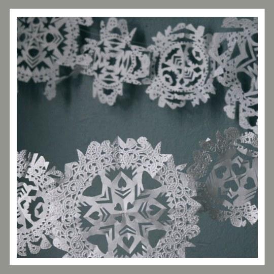 Гирлянда избумажных снежинок