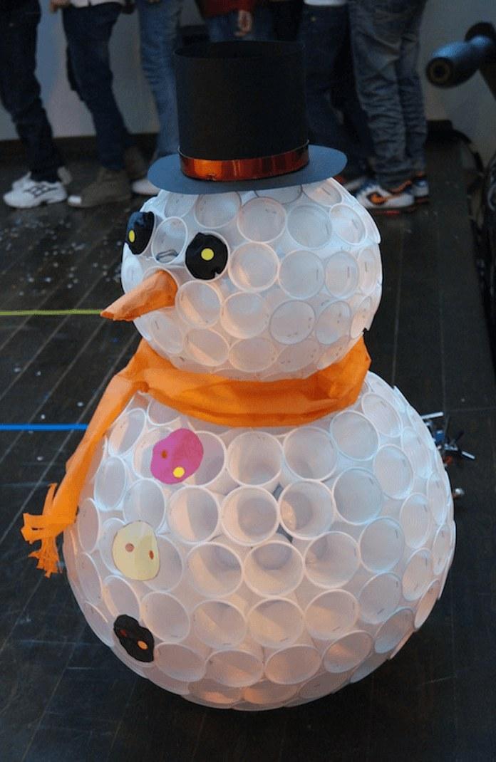 Снеговик изпластиковых стаканчиков