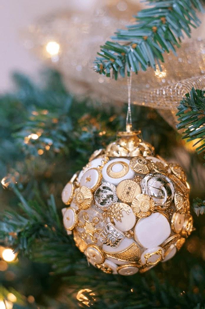 Новогодние шарики изстарых пуговиц