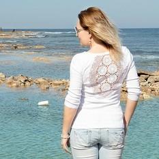 Белая футболка с ажурной аппликацией на спине