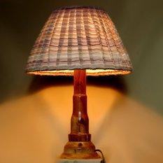 Светильник из дерева с классическим абажуром