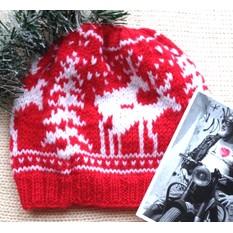 Красная шапка с веселыми оленями
