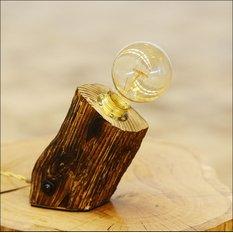 Авторская наклонная лампа из деревянного бруса