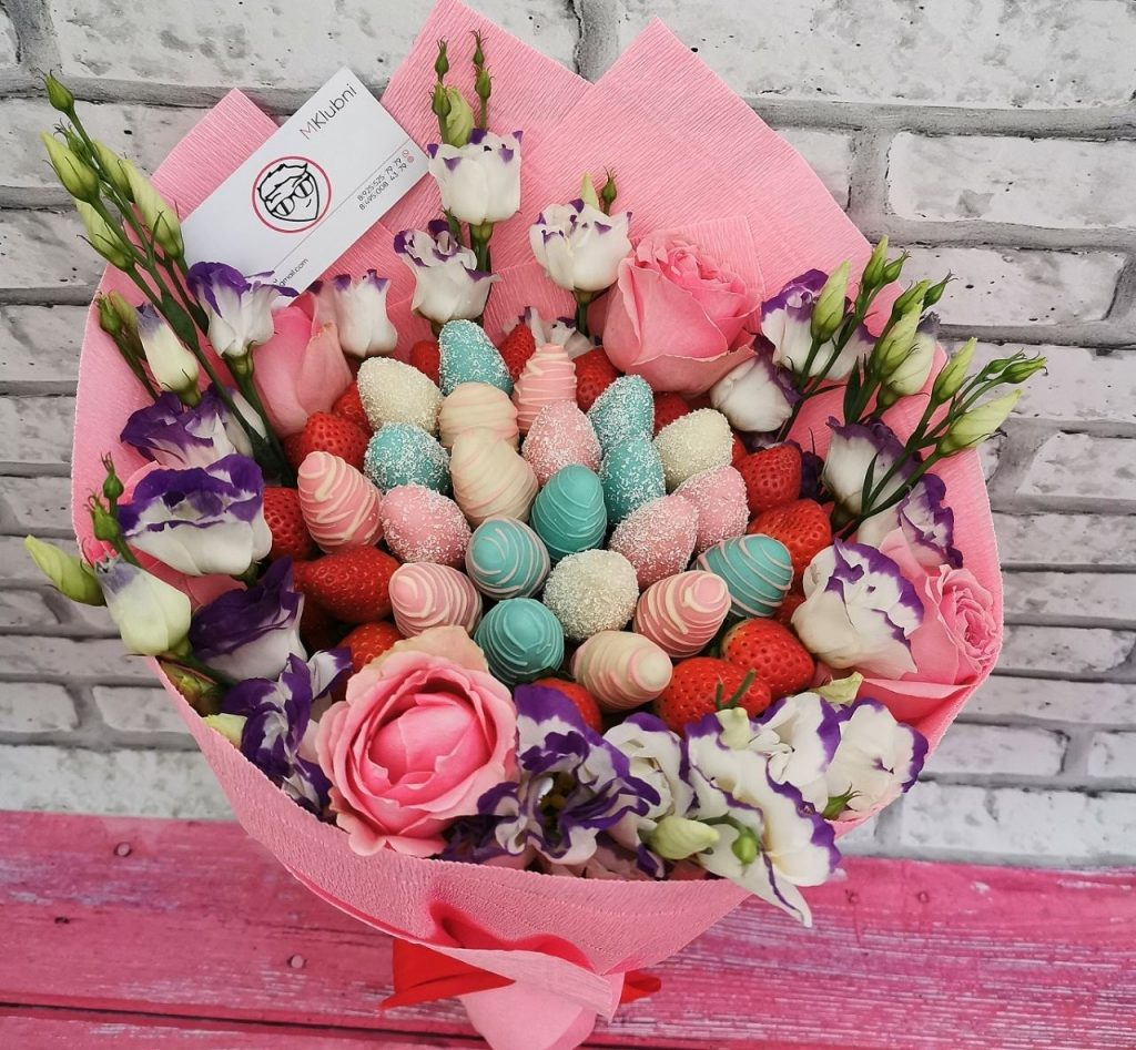 Клубничный букет с розами и эустомой SUNNY DAY